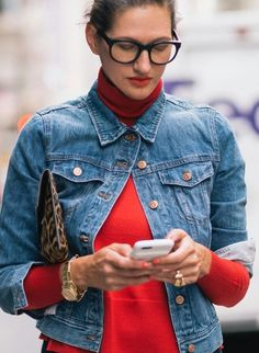 Red adds a pop of color to any outfit. See how Jenna Lyons does classy cool with a bright red turtle neck under her jeans jacket. Love this look Denim Fashion, Look Fashion, Fashion Outfits, Womens Fashion, Fashion Trends, Classy Fashion, Fashion Styles, Jeans Trend, Jenna Lyons