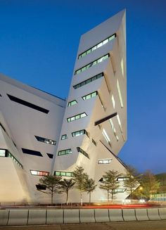Futuristic Architecture by Daniel Libeskind, Creative Media Centre, City University, Hong Kong Unusual Buildings, Interesting Buildings, Amazing Buildings, Modern Buildings, Office Buildings, Modern Houses, Futuristic Architecture, Beautiful Architecture, Contemporary Architecture