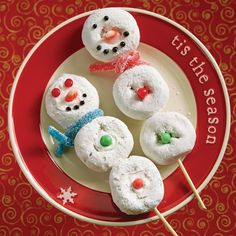 Make these easy snowman donut skewers with the kids for a fun and tasty holiday activity!