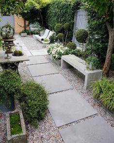 Fint med större plattor i gruset står på önskelistan som projekt runt om nya huset   Cred gardenpicsandtips.com #trädgård #garden #gång #trädgårdsgång #plattor #grus #gardeninspo #greengarden