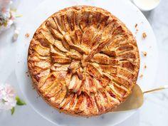 Eplekake   Klassisk oppskrift i rund form   Oppskrift   Meny.no Apple Pie, Baking, Desserts, Food, Cakes, Tailgate Desserts, Deserts, Cake Makers, Bakken