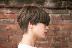 ハイトーンだけどくすみのあるベイクドカラーなら、派手すぎずクールな雰囲気が作れます。タートルやマフラー、アウターなどで首回りがモコモコしがちなこれからの季節には、全体のバランスがよくなるショートカットもおすすめです。 Short Hair Tomboy, Asian Short Hair, Girl Short Hair, Girls Short Haircuts, Boys Long Hairstyles, Short Hair With Layers, Short Hair Cuts, Undone Look, Medium Hair Styles