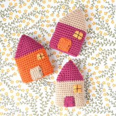 Decorate your home for the Holidays with these tiny crocheted Houses. This crochet amigurumi project is free and super easy! Tunisian Crochet, Learn To Crochet, Crochet Stitches, Crochet Patterns, Crochet Home, Crochet Gifts, Free Crochet, Beginner Crochet Tutorial, Crochet For Beginners