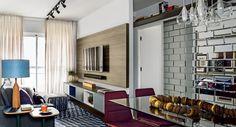 Living | O mosaico de espelhos e a mesa de jantar de vidro, ambos feitos pela Apeninos Vidros, garantem a leveza visual. Centro de mesa da LS Selection. A cadeira Clip estofada, da Fernando Jaeger Atelier, é um dos pontos de cor da decoração (Foto: Edu Castello/Editora Globo)