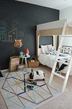 lit enfant sureleve en chene clair, meuble dans la chambre d'enfant en bois clair