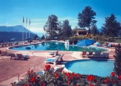 BÜRGENSTOCK (NW), OPEN AIR SWIMMING POOL (1960) THE BÜRGENSTOCK RESORT: RETREAT AND HOLIDAY PLACE FOR ACTORS, PRODUCERS AND ARTISTS. Holiday Places, Spa, Swimming Pools, Mansions, House Styles, Outdoor Decor, Switzerland, Artists, Pictures