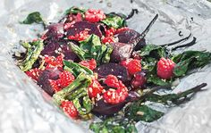 Paul Svensson ger oss detta recept på bakade och grillade rödbetor med syrade hallon. Receptet kommer från hans kokbok Grilla vego.