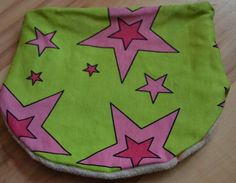 Gut dehnbare Halssocke für Kopfumfang 49-53inNeongrün mit pinken Sternen.Sieist aus weichemSweatgearbeitet. Das Futter besteht aus super kuschligem