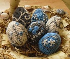 Smartest had the wonderful idea to sell eggs for a good cause. She provides the instruction, we crochet so much . Easter Crochet Patterns, Crochet Motif, Crochet Hooks, Easter Toys, Easter Crafts, Diy Ostern, Crochet Decoration, Holiday Crochet, Handmade Ornaments