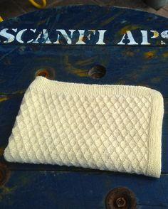Babytæppe strik. Lækkert varmt og blødt tæppe til baby. Strikkes i yaku uld efter vores nemme strikkeopskrift.