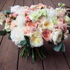 Стильный букет с пионами, розами, астильбой, гвоздиками и маттиолой