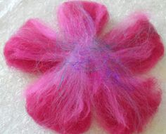 Felters Journey: TUTORIALS - Felting Flowers Wet Felting Projects, Needle Felting Tutorials, Wool Needle Felting, Nuno Felting, Felt Diy, Felt Crafts, Felt Flowers, Fabric Flowers, Flowers Pics