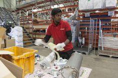 Ramesh nauttii työstään varastossa | AEL - Elinkeinoelämän koulutuspalvelut