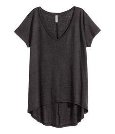 Camiseta de manga corta en punto vaporoso con cuello de pico, bajo redondeado y parte trasera más larga.