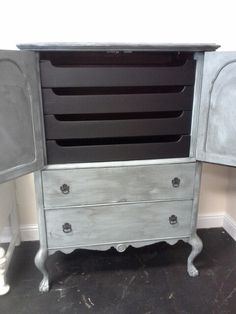 gentleman's chest finished in Shabby Paints Baby Boo with Black VAX and Licorice on the drawers. Old Furniture, Painted Furniture, Furniture Ideas, Dressing Room, Chalk Paint, Drawers, Shabby, It Is Finished, Facebook