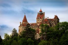 Bran Castle built in is commonly known as Dracula's Castle and is situated in the centre of present-day Romania. In addition to its unique architecture, the castle is famous because of persistent myths that it was once the home of Vlad III Dracula. Famous Castles, Famous Buildings, Bran Castle Romania, History Of Romania, Dracula Castle, Beautiful Castles, Cool House Designs, Beautiful Places To Visit, Kirchen