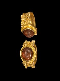 ROMAN GOLD RING WITH DOG INTAGLIO 1st-2nd century AD