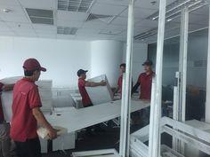 Nhân viên Moving House đang chuyển văn phòng cho khách tại quận 5, TPHCM