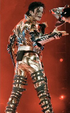 Michael Jackson HIStory Tour in Gold outfit Michael Jackson History Tour, Michael Jackson Pics, Michael Jackson Clothes, Hair Growth Stages, Gold Pants, Dance Memes, Swing Dancing, Jackson Family, Jackson Bad