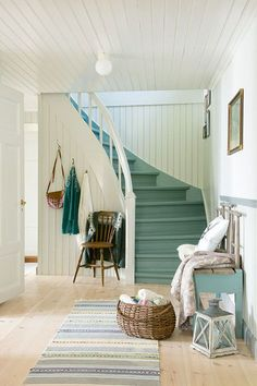 Så skapar du en hållbar lantlig inredning i sommarhuset – Hus & Hem Cottage Stairs, Cottage House Plans, Beautiful Home Designs, Beautiful Homes, Foyers, Painted Staircases, Stairs Architecture, Staircase Design, Scandinavian Home