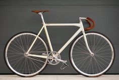 Fixed gear in style Velo Retro, Velo Vintage, Vintage Bicycles, Fixi Bike, Bicycle Race, Bike Seat, Fixed Wheel Bike, Velo Biking, Fixed Gear Bikes