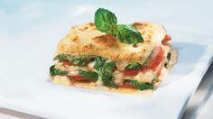 Es muss nicht immer Hack sein: In unserem Rezept für Spinatlasagne kommen Spinat und Tomaten zwischen die Nudelplatten. Und obenauf? Mozzarella!