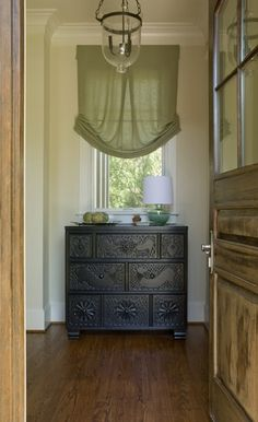 House of Turquoise: Liz Levin Interiors This simple valance has an interesting pleat in the center and gather at the bottom of the sides for a beautiful drape House Of Turquoise, Living Room Windows, Living Spaces, Window Coverings, Window Treatments, Flur Design, Hickory Chair, Hallway Designs, Design Blog