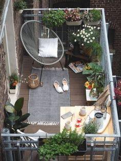 Il existe de nombreuses façons de tirer le meilleur parti d\'un petit espace extérieur... D rendez-le aussi beau et accueillant que n\'importe quel jardin de banlieue géant. Style petit espace magnifique... Ny balcons pour donner vie à l\'espace extérieur. Apartment Balcony Garden, Apartment Balcony Decorating, Apartment Balconies, Apartment Plants, Cozy Apartment, Apartment Design, Apartment Living, Apartment Ideas, Bedroom Apartment