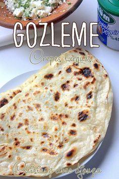 Gözleme, des crêpes turques salées ici farcies au fromage turc et persil ou épinards feta. Je vois beaucoup de photos de Gozleme avec une pâte épaisse