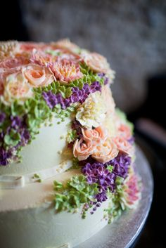 Planning a #wedding ? Check out the top Floral Wedding Cake Trends !