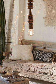 canapé beige, un décor style boho chic en beige et blanc, grand coussin matelas et coussins déco