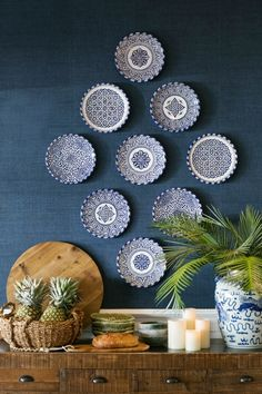 White Interior Exploring the Blue and White Interiors of Australia's Verandah House – Blue and White Home Plate Wall Decor, Wall Plates, Hanging Plates On Wall, Plate Display, Plate Art, Blue And White China, Blue Plates, White Plates, Dining Room Walls