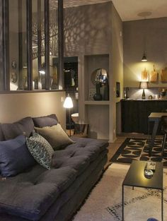 Una cocina integrada perfectamente en el salón, un sofá sin...