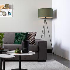 Een staande lamp of vloerlamp kan op veel verschillende plekken in huis functioneel zijn. #woonkamer Tripod Lamp, Lighting, Interior, Home Decor, House, Living Room, Indoor, Homemade Home Decor, Light Fixtures