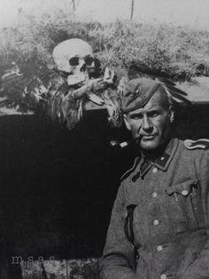 Totenkopf unter dem Totenkopf - Waffen-SS