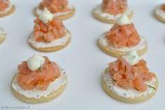 Héél lekker zijn deze zelfgemaakte toastjes met daar op roomkaas en zalm! Kijk voor het recept op onze blog. www.liefdevoorbakken.nl