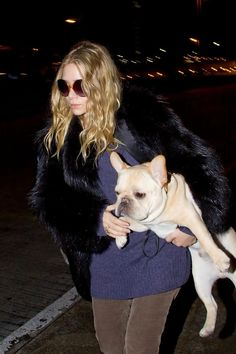 Ashley Olsen Photos Photos - The Olsen twins arrive at LAX (Los Angeles International Airport). Mary Kate covers up as Ashley carries a large dog with her. - Mary Kate and Ashley Oslen at LAX