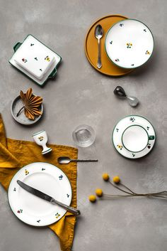 Wie gefällt auch die Kombination mit Ocker-Farben? Handgefertigt seit 1492 Keramik Design, Clock, Plates, Tableware, Home Decor, Handmade, Flowers, Colors, Watch