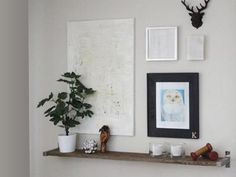 DIY shelves using IKEA Ekby Bjärnum brackets - and a gallery wall put up. Small White Desk, Modern White Desk, White Desks, Diy Wood Desk, Diy Desk, Diy Furniture Cheap, Pallet Furniture, Diy Wooden Projects, Wooden Diy