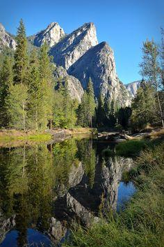 Yosemite Nemzeti Park Három Brothers és a Merced folyó Cathedral Beach.