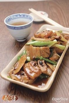 Thinking of how to cook that piece of pork belly? Here's one of the most used recipe and proven to be delicious! Try this stir-fry pork belly slices with ginger and spring onion recipe today! Stir Fry Pork Belly, Fried Pork Belly, Spring Onion Recipes, Melon Recipes, Pork Belly Slices, Pork Belly Recipes, Vegetarian Recipes, Cooking Recipes, Singapore Food