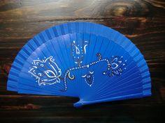 Abanico de madera azul pintado a mano de inspiración indú