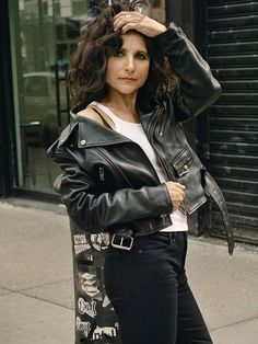 Julia Louis-Dreyfus talks to PorterEdit about Veep, what she thinks about a Seinfeld reunion, and how comedy helped her through her public battle with cancer. Read the exclusive interview now with Julia Louis-Dreyfus Elaine Benes, Special Needs Teacher, Julia Louis Dreyfus, Amy Poehler, People Laughing, Action Poses, Sexy Older Women, Saturday Night Live, Old Actress