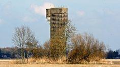 Deze oude 'luchtwachttoren' (post 7O1 Den Hoorn) staat in een bocht langs de N983 (Baron van Asbeckweg), even buiten het dorp. Tijdens de 'Koude Oorlog' stonden leden van het Korps Luchtwacht Dienst (KLD) om beurten op deze betonnen toren om te controleren of er geen vijandige vliegtuigen naderden. De Sovjet Unie werd in die tijd gezien als een ernstig gevaar voor de vrede. Van de vele tientallen torens die destijds werden gebouwd zijn er nog maar enkele over. In de provincie Groni...