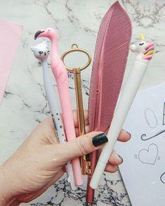 Essas são apenas as canetas mais fofas que eu já tive na vida. São lá da @funpapelariadivertida Stationary Store, Stationary School, Cute Stationary, School Stationery, Stationery Items, Fancy Pens, School Suplies, Kawaii Pens, Cool School Supplies