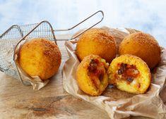 Gli arancini alle melanzane e provolone sono una variante vegetariana di questo eccezionale street food di origine siciliana. Arancini, Fruit, Food, Meals