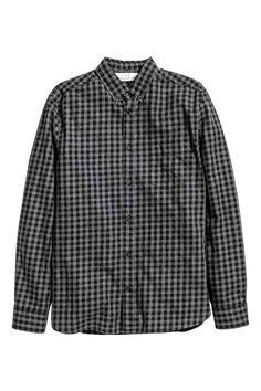 Camisa de algodón: Camisa de algodón con cuello americano, mangas largas, un bolsillo superior y canesú con trabilla detrás. Corte estándar.