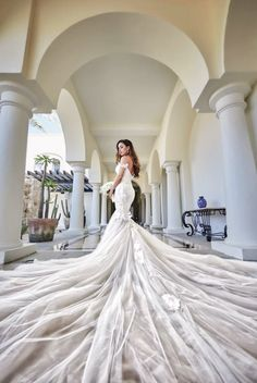 We can't help but fall in love with Galia Lahav's exceedingly beautiful statement-making gown featuring chic details! » Praise Wedding Community