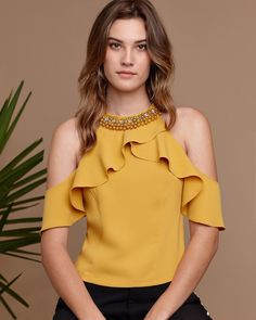 Photo by Ouro Prata Moda on June La imagen puede contener: 1 persona Look Fashion, Trendy Fashion, Stylish Summer Outfits, Sleeves Designs For Dresses, Stylish Blouse Design, Yellow Fashion, Indian Designer Outfits, African Fashion, Blouse Designs