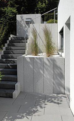 METTEN Alessio: Stelen und Einfassungselemente Granitgrau-weiß. Tocano-Stufen Basaltanthrazit.